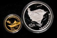 2012年中国人民解放军海军航母辽宁舰精制金银币二枚一套(含1/4盎司金、1盎司银、原盒、带证书)