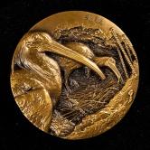 上海新世纪纪念章有限公司铸守望归途珍惜野生动植物系列朱鹮黄铜章一枚(发行量:399枚、直径:80mm、原盒、带证书)